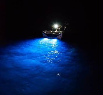 barca con faretti subaquei